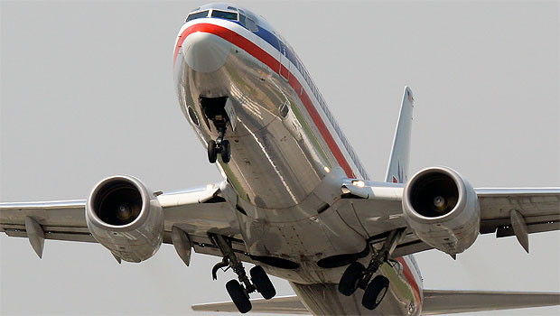 An American Airlines 737-800 lifts off after a long take-off roll on LGA's runway 22. (Photo by Matt Molnar