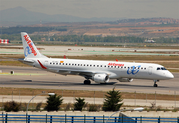 EC-KRJ, an Air Europa E-195, taxis to the active at Madrid Barajas. Photo by jmiguel.rodriguez