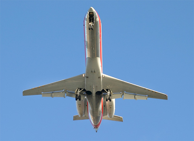 An American Eagle ERJ-135 on approach to LaGuardia's runway 4. Photo by Phil Derner.