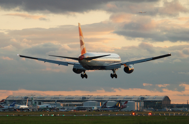 BA186 from Newark on very short final for runway 27R during a beautiful sunset in London