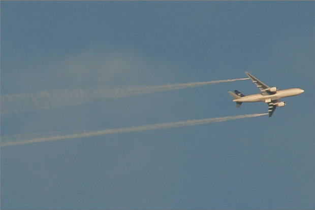 Saudi Arabian Airlines 777-200ER, reg: HZ-AKD, dumps fuel over the Atlantic south of Long Island. Photo by Mark Hsiung