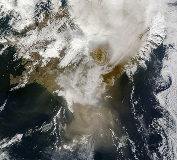 Grímsvötn eruption at 13:00 UTC on May 22, 2011 captured by the MODIS instrument on NASA's Aqua satellite.