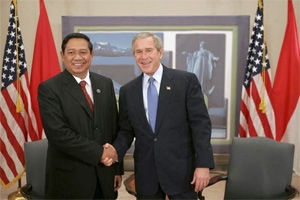 Indonesian President Susilo Yudhoyono is greeted by U.S. President George W. Bush while attending an APEC summit in Santiago, Chile, Nov. 20, 2004.