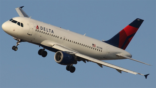A Delta Air Lines Airbus A319 banking steeply on LaGuardia Airport's Expressway Visual approach